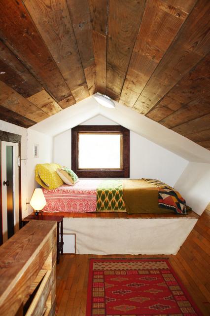 Кровать в мансарде своими руками