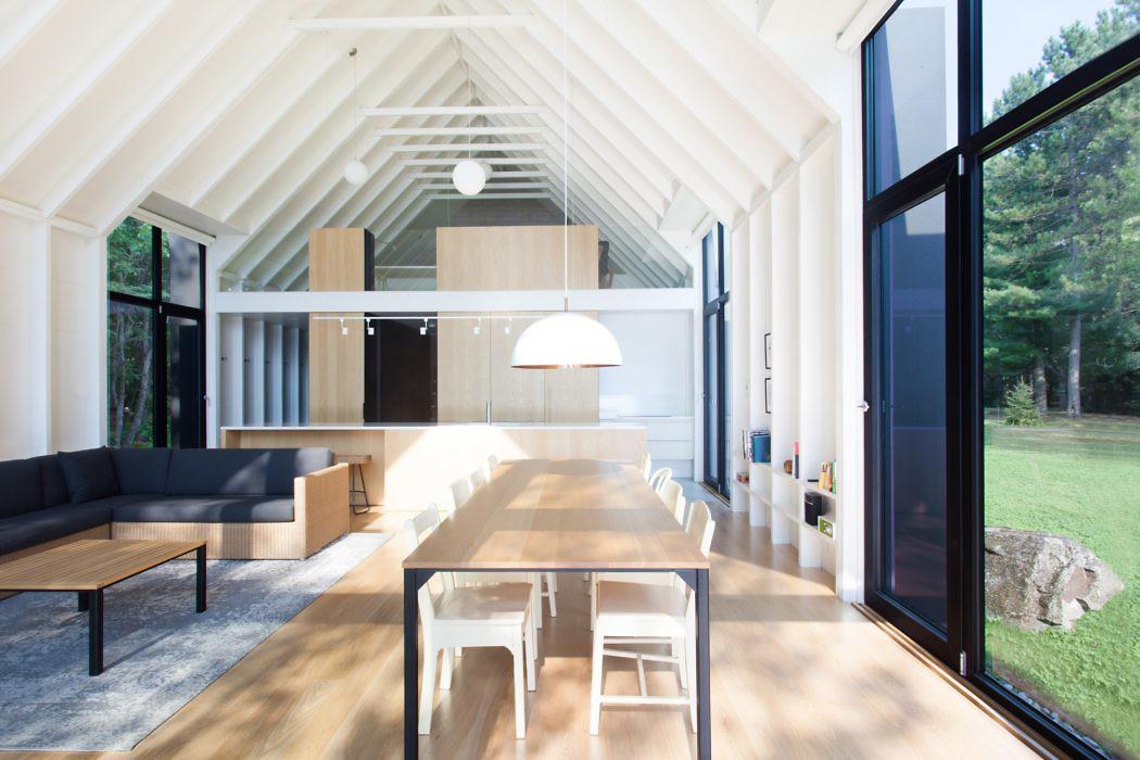 Modern Lake House by Yiacouvakis Hamelin Architectes