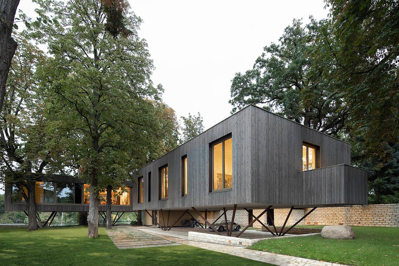 House by the Lake by Carlos Zwick Architekten